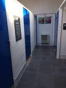 Een nieuwe vloer in het sanitairgebouw!